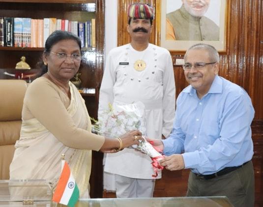 <p>माननीया राज्यपाल द्रौपदी मुर्मू से झारखंड के महालेखाकार चंद्र मौलि सिंह ने आज दिनांक 01/09/2018 को राजभवन आकार शिष्टाचार भेंंट की।</p>