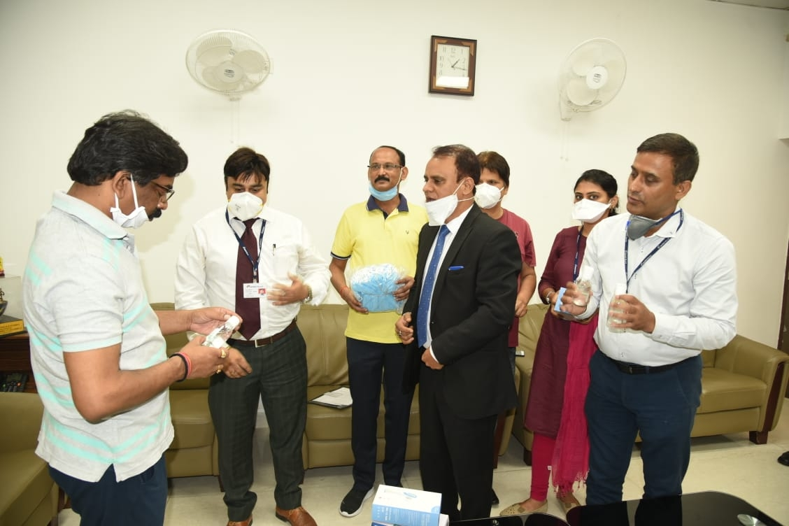 <p>ICICI Bank officials met Chief Minister Hemant Soren had donated boxes full of hand gloves, three- layered mask, sanitizer and thermal scanner.</p>