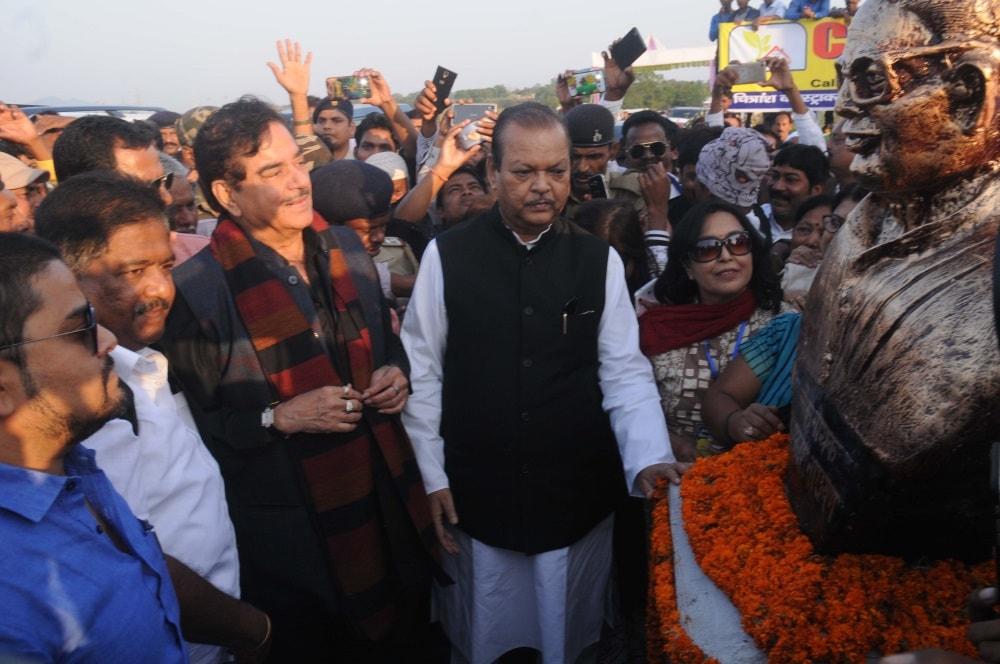 <p>Actor and political leader Satrughan Sinha along with former Union leader Subodh Kant Sahay, JVM Chief Babulal Marandi and others during unveiling ceremony of Loknarayan Jaiprakash…