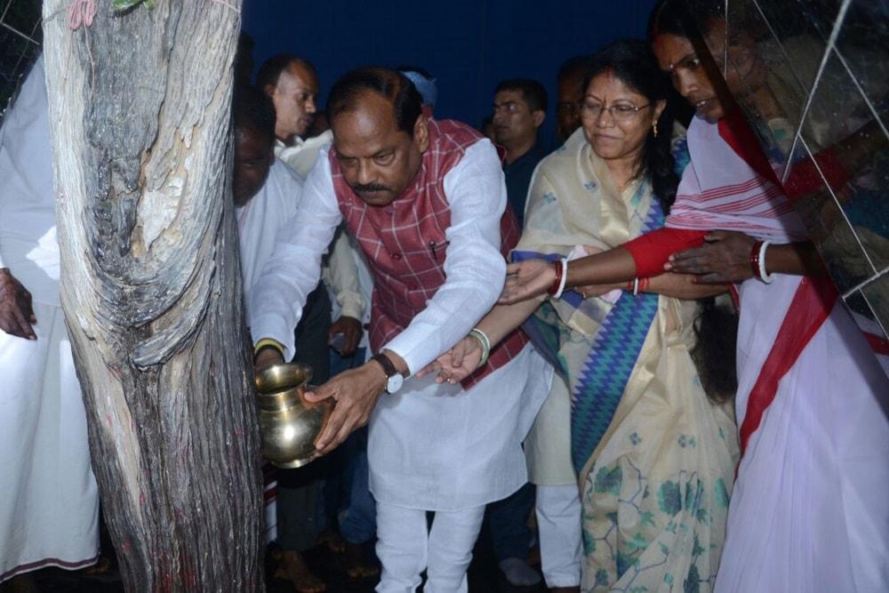 <p>Chief Minister Raghubar Das worship during inaugural ceremony of one week long Murma Yatra (Fair) at Mander near Ranchi on Friday</p>