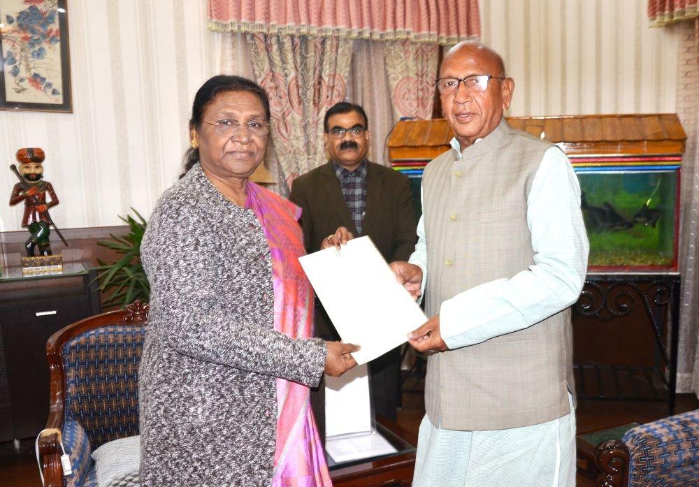 <p>माननीया राज्यपाल द्रौपदी मुर्मू से मिलकर श्री सरयू राय ने मंत्री पद से अपना इस्तीफा सौंपा on dated 13/12/2019.</p>