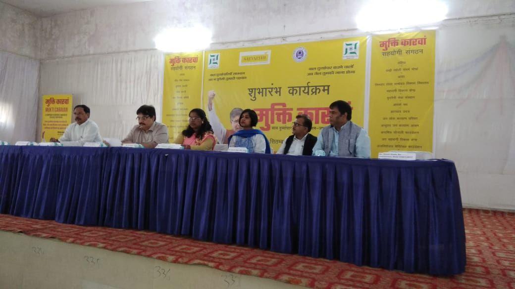 <p>राँची - गवर्मेंट गर्ल्स स्कूल करमटोली चौक में मुक्ति कारवां भारत जोड़ो अभियान के कार्यक्रम में उपस्थित मुख्य सचिव सुधीर त्रिपाठी, बाल संरक्षण आयोग की अध्यक्ष आरती कुजूर,श्रम आयुक्त…