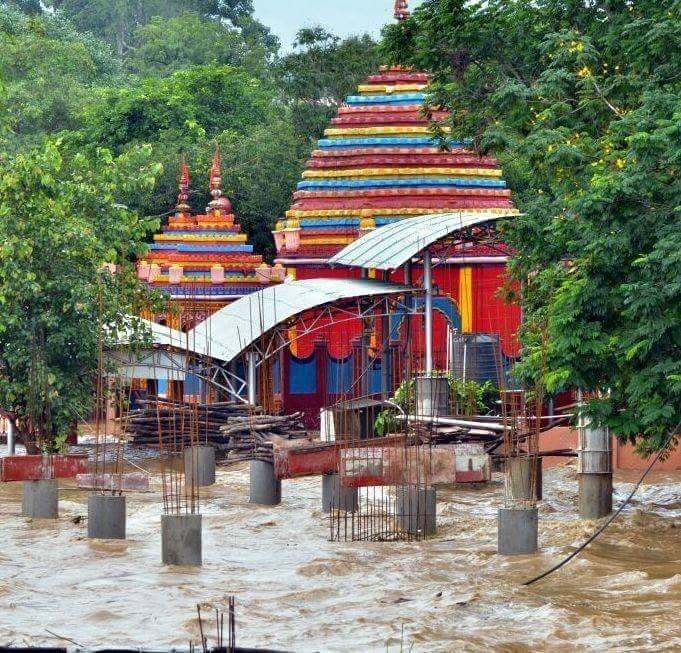 <p>रामगढ़ - विनाशकारी बारिश भैरवी व दामोदर नदी के संगम स्थल पर जगतमाता छिन्नमस्तिका मंदिर के कई हिस्से में पानी घुस गया। दामोदर नदी का पानी रजरप्पा के मां छिन्नमस्तिके मंदिर के बलि…