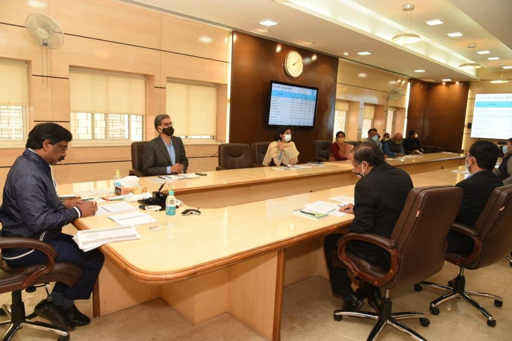 <p>झारखंड मंत्रालय में योजना एवं वित्त तथा वाणिज्य कर विभाग की समीक्षा बैठक करते हुए मुख्यमंत्री श्री हेमन्त सोरेन |</p>