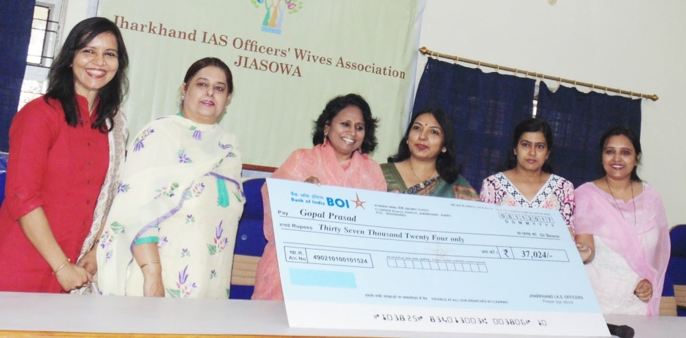<p>On Thursday in an event, The Jharkhand IAS Officers Wives Association donated a cheque of Rs.1 lakh to the management of National Library, Ranchi for the purchase of various Competitive…