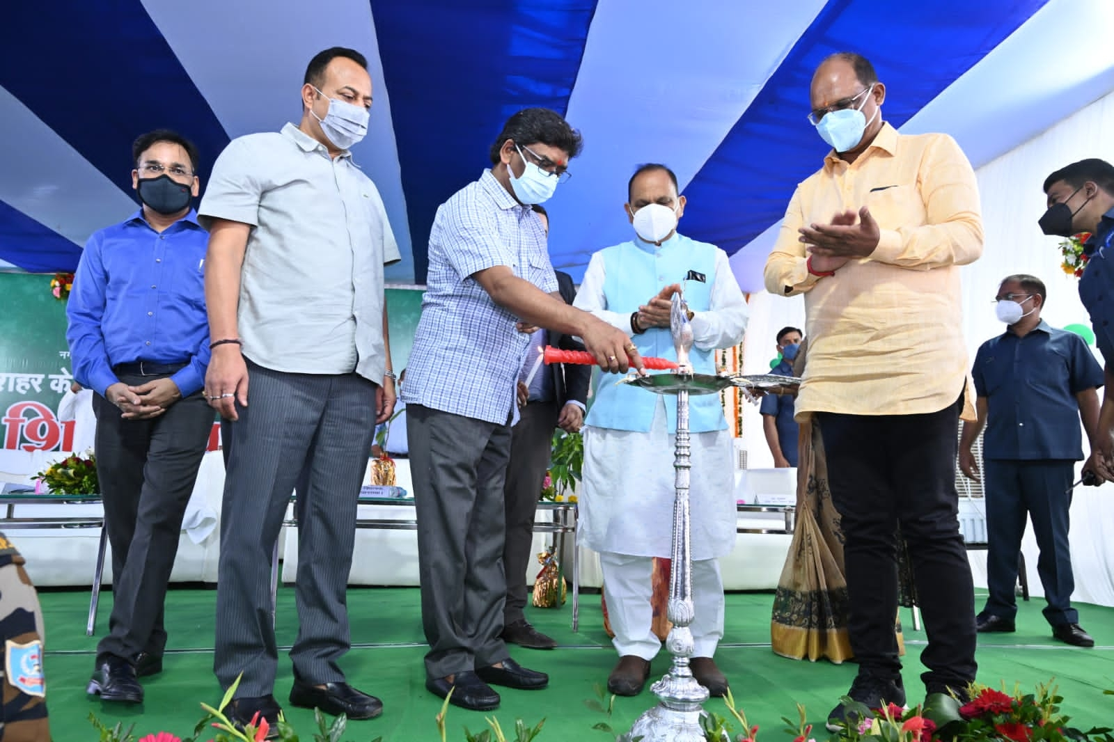 <p>नगर विकास एवं आवास विभाग के अंतर्गत रांची शहर के विभिन्न विकास परियोजनाओं के शिलान्यास कार्यक्रम में सम्मिलित हुए मुख्यमंत्री श्री हेमन्त सोरेन।</p>