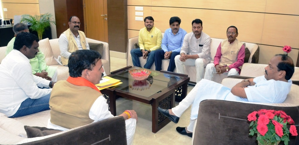 <p>Vinod Sonkar,Sheduled Caste Morcha president,met CM Raghubar Das for all round development of the STc in Jharkhand.</p>