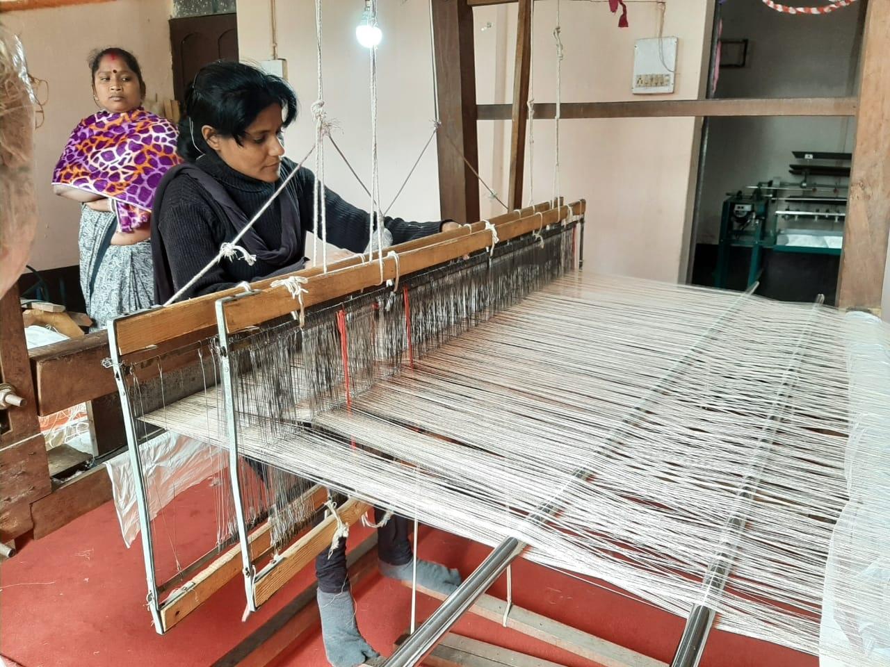 <p>दुमका प्रवास के दौरान मुख्यमंत्री हेमन्त सोरेन ने मयूराक्षी सिल्क उत्पाद का अवलोकन किया था। मुख्यमंत्री ने जिला प्रशासन को निर्देश दिया है कि सिल्क के उत्पादन को प्रोत्साहन देने…