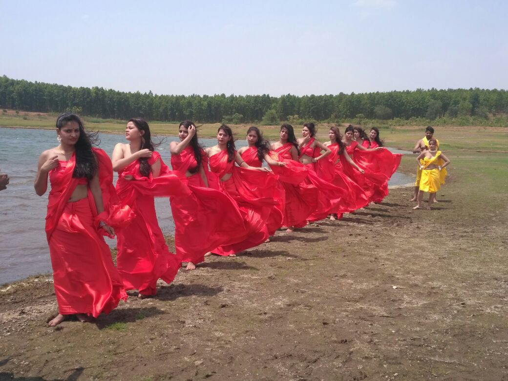 <p>A song from the film 'Gho Gho rani' being shot at the bank of Sikiridiri Dam near Ranch.</p>