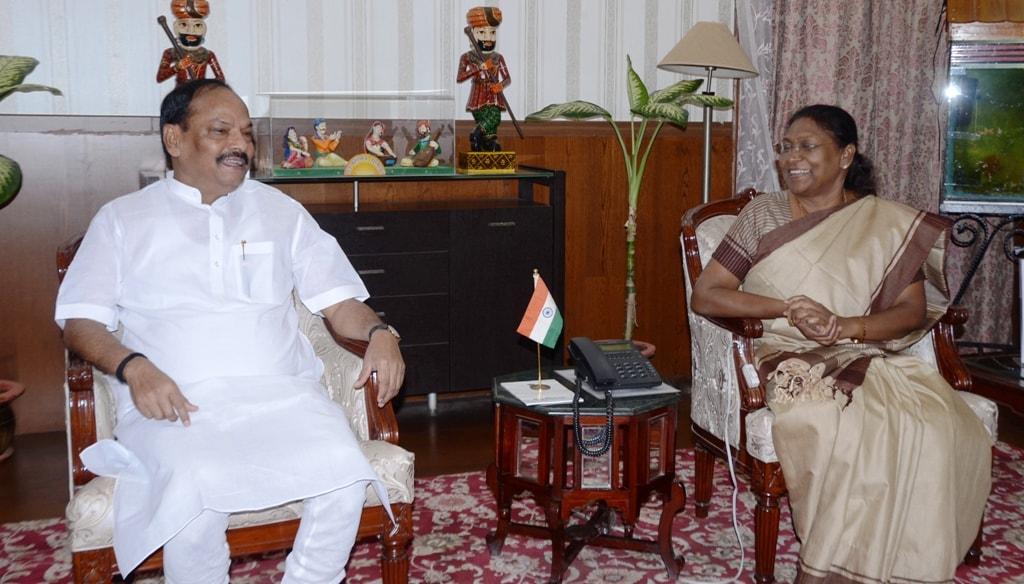 <p>झारखंड में माननीया राज्यपाल के कार्यकाल का 3 वर्ष पूरे होने पर मुख्यमंत्री श्री रघुवर दास ने आज माननीया राज्यपाल श्रीमती द्रौपदी मुर्मू से भेंट कर उन्हें शुभकामनाएं दी। माननीया…