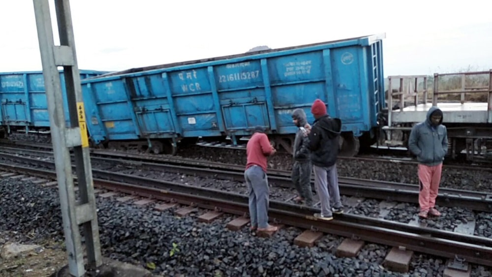 <p>Two bogies of a goods train carrying iron ore from Kiriburu to Bokaro derailed at Pakra Station on Hatia-Rourkela route on Wednesday.</p>