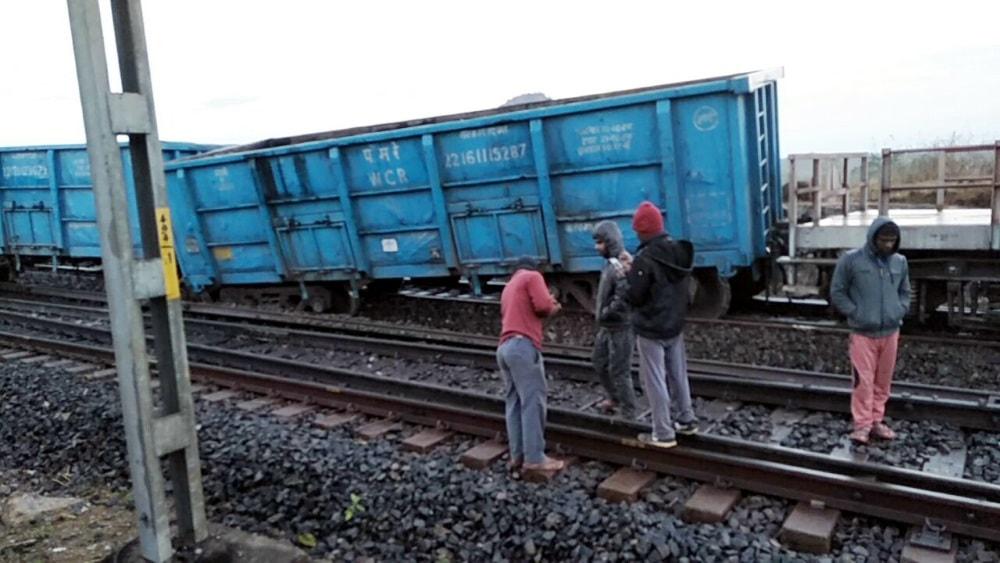 <p>Two bogies of a goods train carrying iron ore from Kiriburu to Bokaro derailed at Pakra Station on Hatia-Rourkela route on Wednesday.</p>