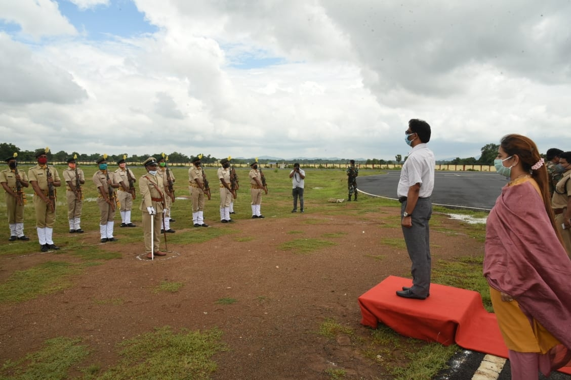 <p>Soon after Chief Minister Hemant Soren landed at the airbase in Dumka on Saturday, he was given a guard of honour by the state police in presence of Dumka SP, DC and others. </p>…