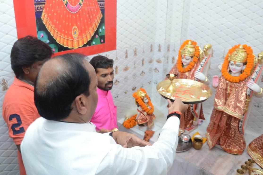 <p>मुख्यमंत्री रघुवर दास ने आज दिनांक 11/08/2018 को जमशेदपुर के बर्मा माईंस एवं गोलमुरी चौक स्थित मंदिर में पूजा अर्चना की एवं वहां के स्थानीय लोगों की समस्यायें भी सुनी।</p>…