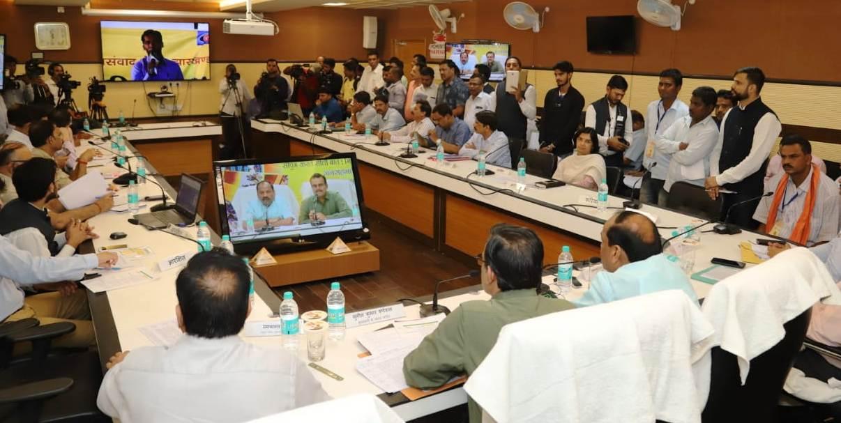 <p>सीधी बात कार्यक्रम के दौरान मुख्यमंत्री रघुवर दास ने गोड्डा जिले के सुंदरपहाड़ी प्रखंड की चांदना पंचायत मुख्यालय में उपस्थित ग्रामीणों से सीधा संवाद किया। इस दौरान कई ग्रामीणों ने…