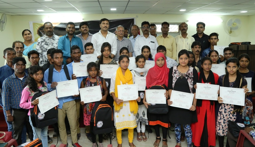 <p>In a programme to promote 'Extra Ordinary Talent',Ulgulan Foundation led by AJSU Chief and Ex Deputy CM Sudesh Mahto awarded and honoured 113 children belonging to 'common'…