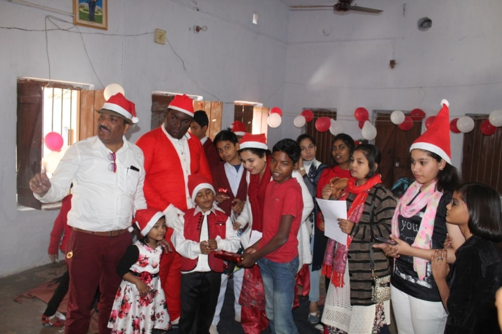 <p>I-FA, School of Art & Design, Ranchi celebrated Christmas by distributing gifts & sweets among the destitute children of  Aadim Jati Ashram, Ranchi on Sunday.</p>
