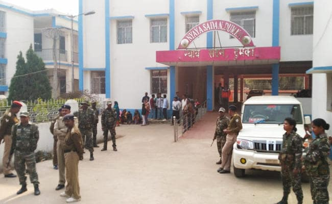 <p>Undertrial prisoners escape from Dumka Court. The undertrial prisoner Dinananath Dutta, who managed to turn the attention of the cops, escaped from the Dumka civil court. Dutta…