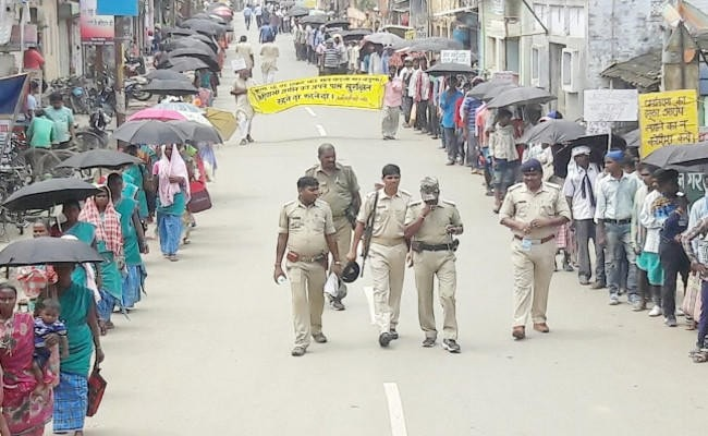 <p>Silent Procession was taken out by nearly 10,000 Adivasis in Sagebgunj to protest against Religious Freedom Act and Land Act adopted by Raghubar Das government.</p>