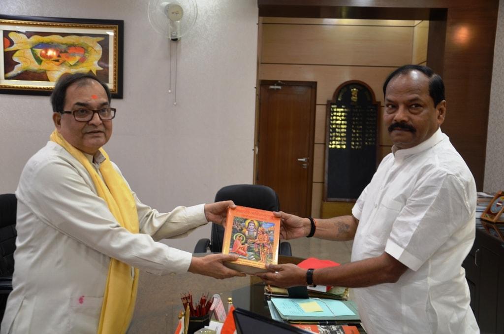 <p>मुख्यमंत्री रघुवर दास से झारखंड मंत्रालय में किशोर कुणाल, सेवानिवृत्त, IPS पटना सह पूर्व अध्यक्ष, धार्मिक न्यास बोर्ड बिहार ने आजमुलाकात की|</p>