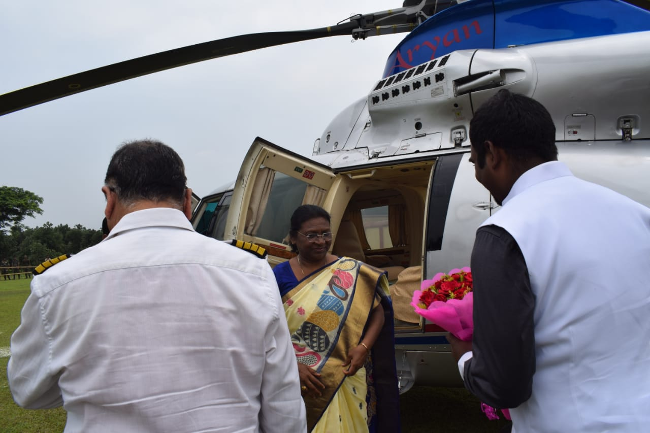 <p>महामहिम राज्यपाल श्रीमति द्रोपदी मुर्मू दुमका से पहुँची चंदनकियारी बोकारो । मंत्री अमर कुमार बाउरी के भाई की शादी में होंगी शामिल ।</p>