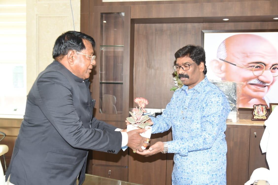 <p>बजट पेश होने से पहले मुख्यमंत्री श्री हेमन्त सोरेन को बजट 2021-22 की प्रति भेंट करते वित्त मंत्री श्री रामेश्वर उरांव।</p>  <p></p>