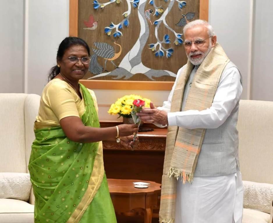 <p>माननीया राज्यपाल द्रौपदी मुर्मू ने आज माननीय प्रधानमंत्री नरेन्द्र मोदी से 7 लोक कल्याण मार्ग, नई दिल्ली में मुलाकात की। यह एक षिष्टाचार भेंट थी। वार्ताके क्रम में दोनों के…