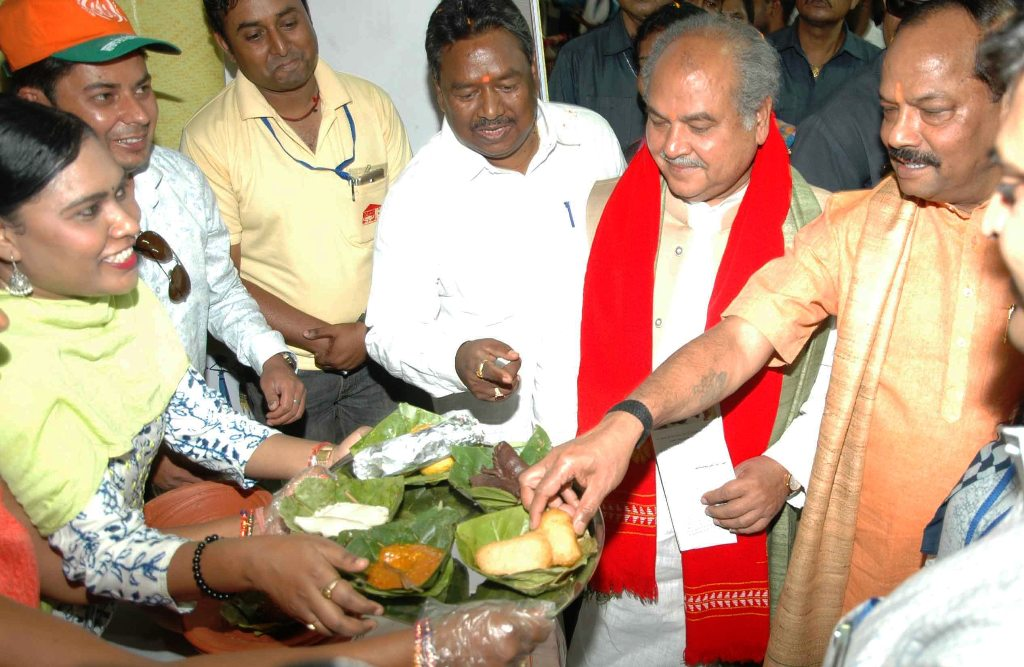 <p>Union Rural Development Minister Narendra Singh Tomar along with Chief Minister Raghubar Das being offered delicacies on the occasion of 'Aajeevika Evam Kaushal Vikash Mela'…