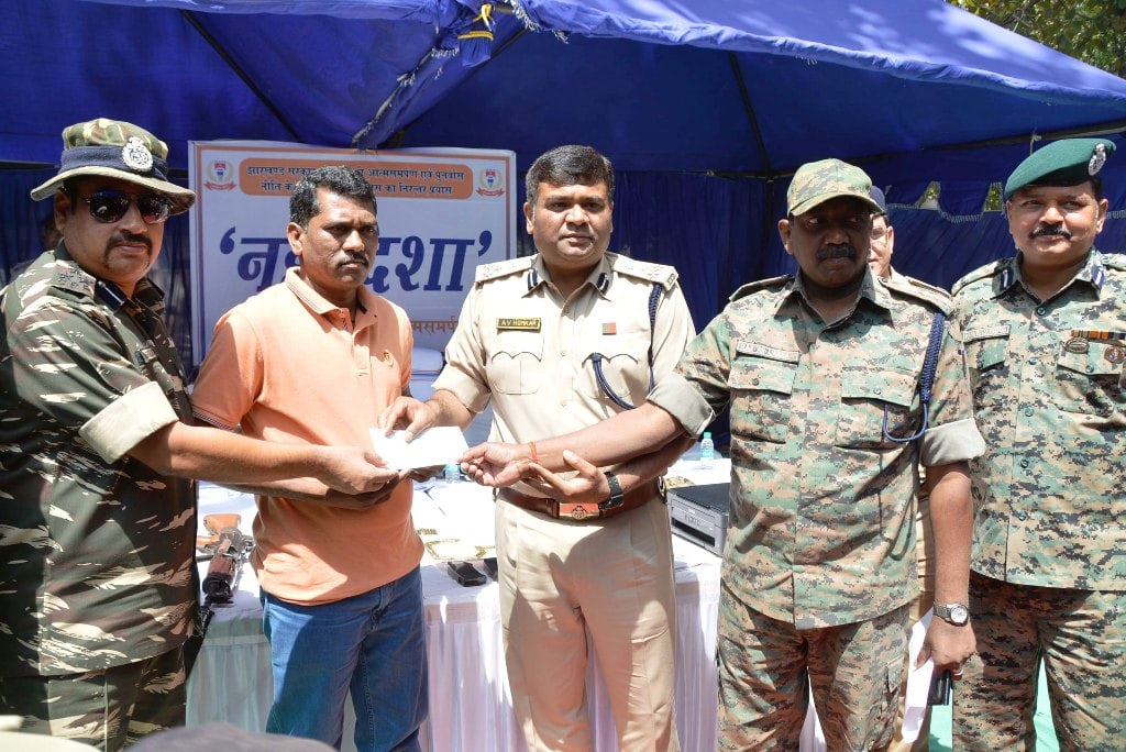 <p>Bihar, Jharkhand and Chhatishgarh CPI Maoists Zonal Commander Deepak Oraon alias Prakash Oraon surrendered before Jharkhand DIG A V…
