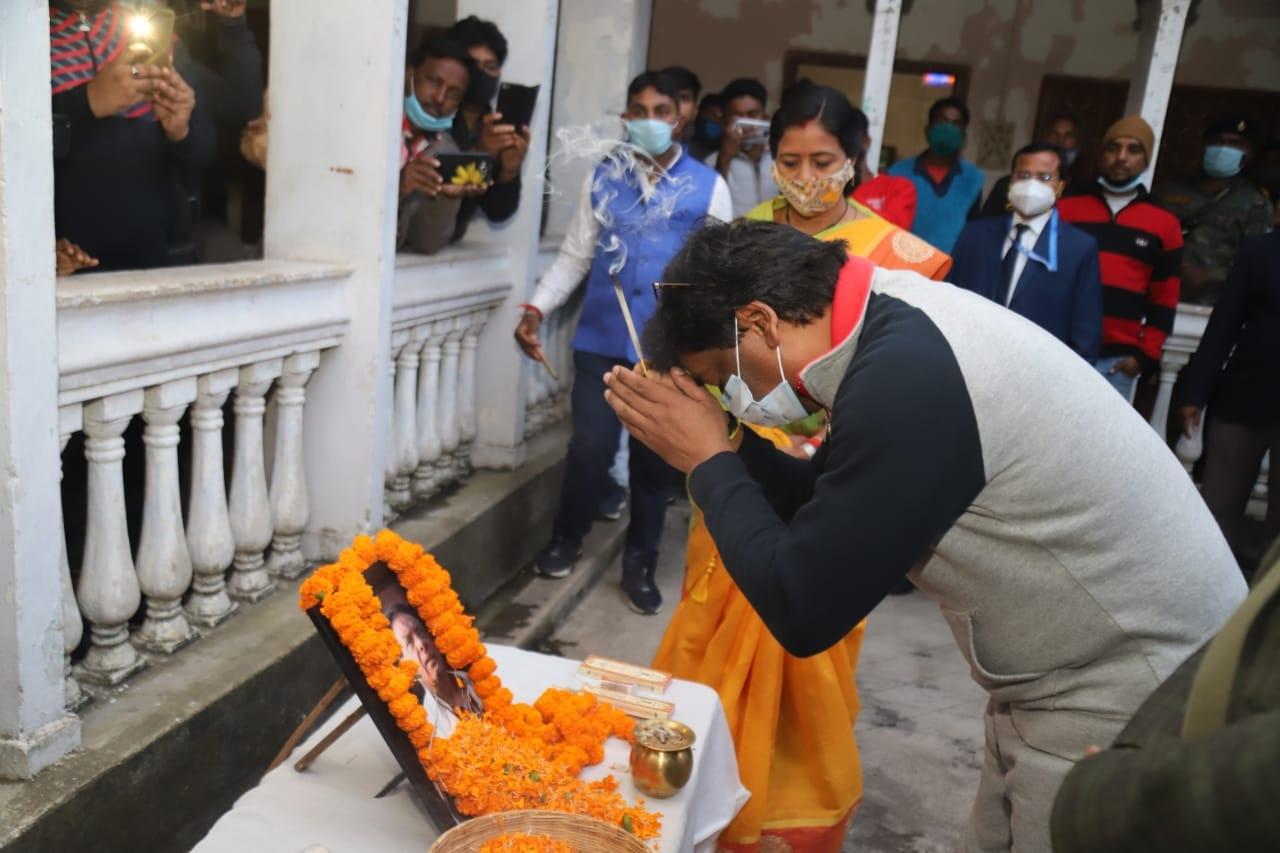 <p>रामगढ़ जिला के गोला प्रखंड स्थित अपना पैतृक आवास नेमरा पहुंचे मुख्यमंत्री श्री हेमन्त सोरेन। मुख्यमंत्री को जिला प्रशासन की तरफ से गार्ड ऑफ ऑनर दिया गया। मौके पर उपायुक्त रामगढ़…