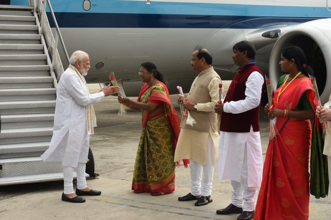 <p>PM Narendra Modi lands at Birsa Munda Airport, Ranchi where he was greeted by Governor Draupadi Murmu, CM Raghubar Das and Union Tribal Affairs Minister Arjun Munda.</p>