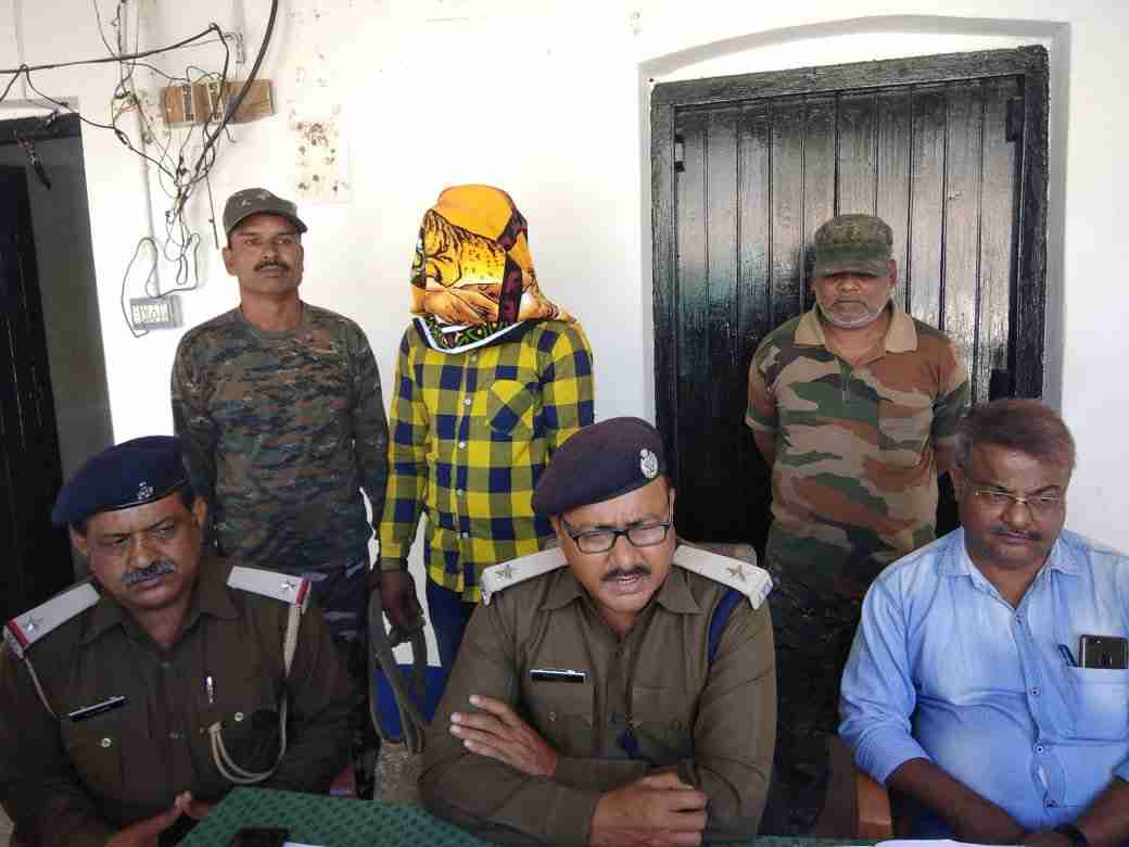 <p>Six veteran Maoists surrendered. Among them were three male and female each surrendered before the police in Dumka with arms and ammunition. All of them were carrying an award of…