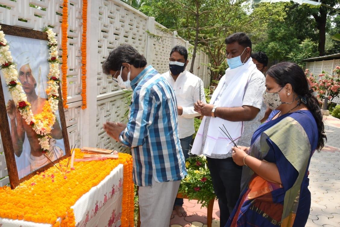 <p>मुख्यमंत्री आवासीय कार्यालय में मुख्यमंत्री श्री हेमन्त सोरेन ने अमर शहीद भगवान बिरसा मुण्डा के पुण्यतिथि पर उनकी चित्र पर श्रद्धासुमन अर्पित कर उन्हें नमन किया।</p>