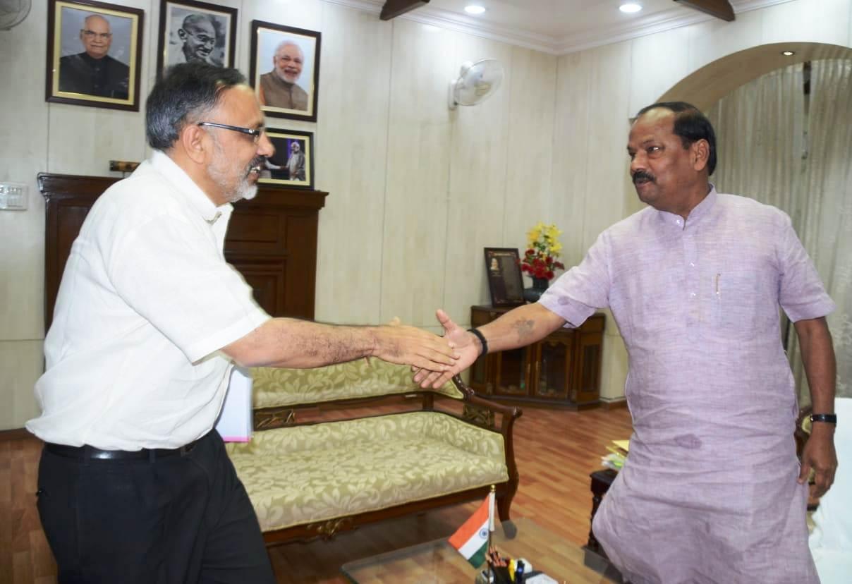 <p>मुख्यमंत्री रघुवर दास से केंद्रीय गृह सचिव राजीव गौबा ने आज मुलाकात की |</p>
