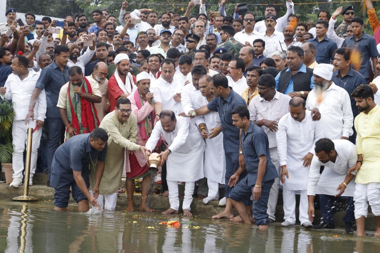 <p>पूर्व प्रधानमंत्री श्रद्धेय अटल बिहारी बाजपेई जी के अस्थि कलश यात्रा में आज दिनांक 23/08/2018 को शामिल हुए मुख्यमंत्री रघुवर दास।</p>