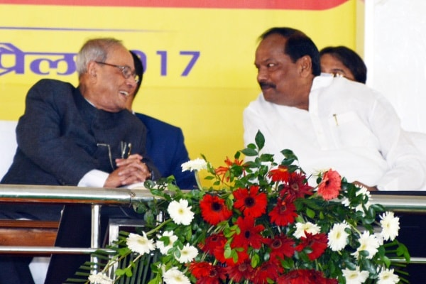 <p>President of India Pranab Mukherjee talking to Jharkhand Chief Minister Raghubar Das during online start of two projects -Ravindra Bhawan (Town Hall) and Haz House -in Ranchi on…