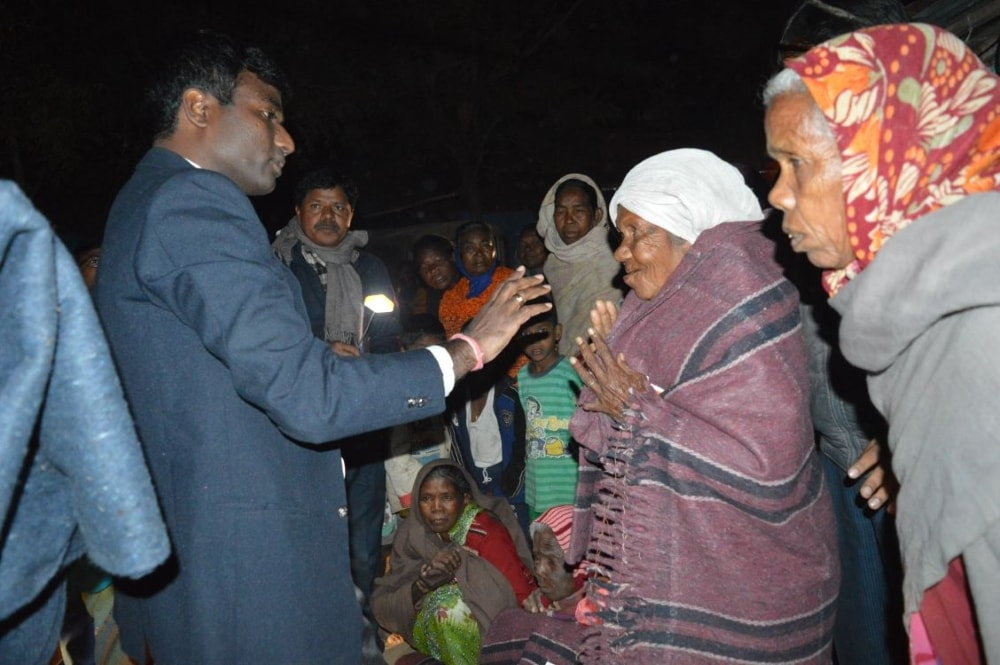 <p>Simdega DC Manjunath Bhajantri distributes blankets to the needy people in Simdega, Jharkhand on Tuesday.</p>