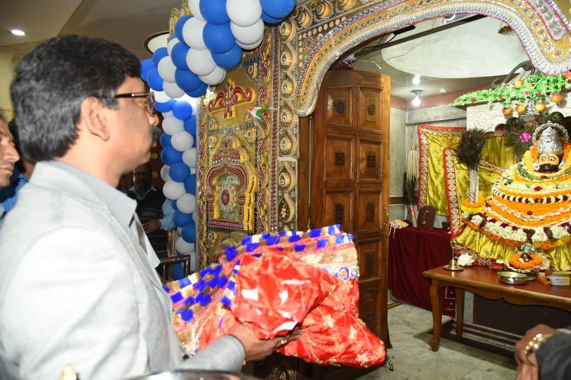 <p>मुख्यमंत्री हेमन्त सोरेन दुमका के श्रीश्री 108 दादी श्याम मंदिर में पूरे विधि विधान से पूजा अर्चना की on dated 03/02/2020.<br /> </p>