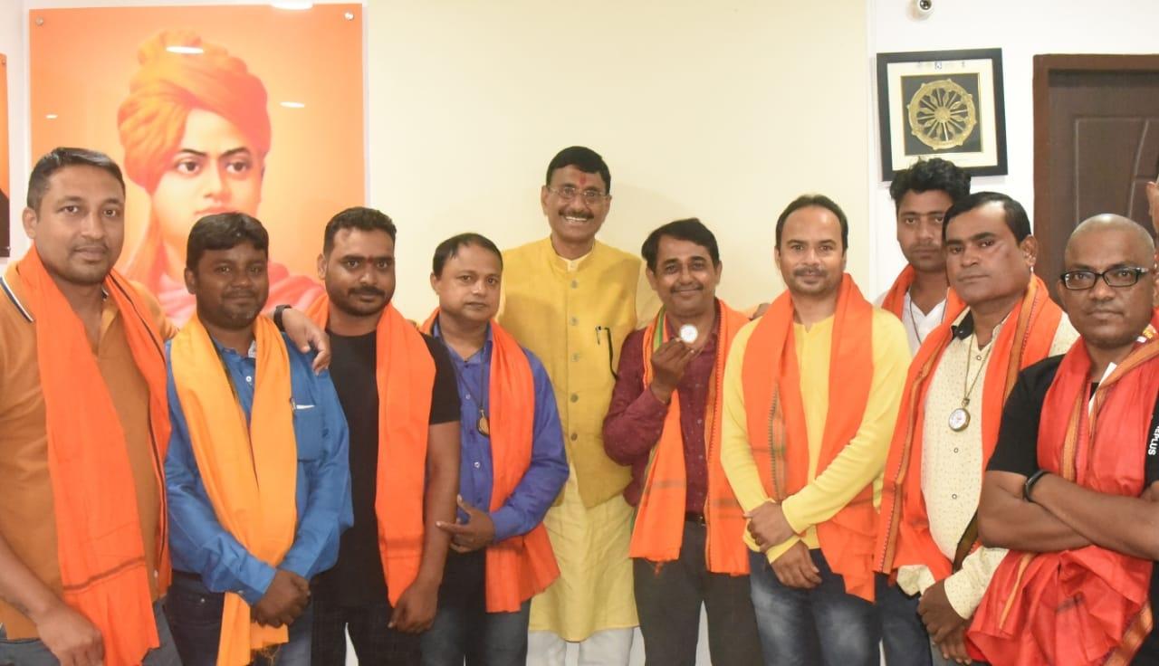 <p>वर्ल्ड फोटोग्राफी डे पर विभिन्न संगठनों द्वारा झारखंड फोटो जर्नलिस्ट एसोसिएशन के अध्यक्ष श्री मनोज कुमार श्रीवास्तव( brick maroon shirt wearing man)के साथ एसोसिएशन की पूरी टीम अपने…