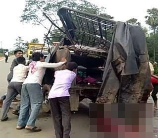 <p>5 dead,4 injured in road accident in Ghatshila.A Commander jeep carrying newspapers whose driver was trying to overtake a vehicle hit it on its back along NH 33 in Ghatshila near…