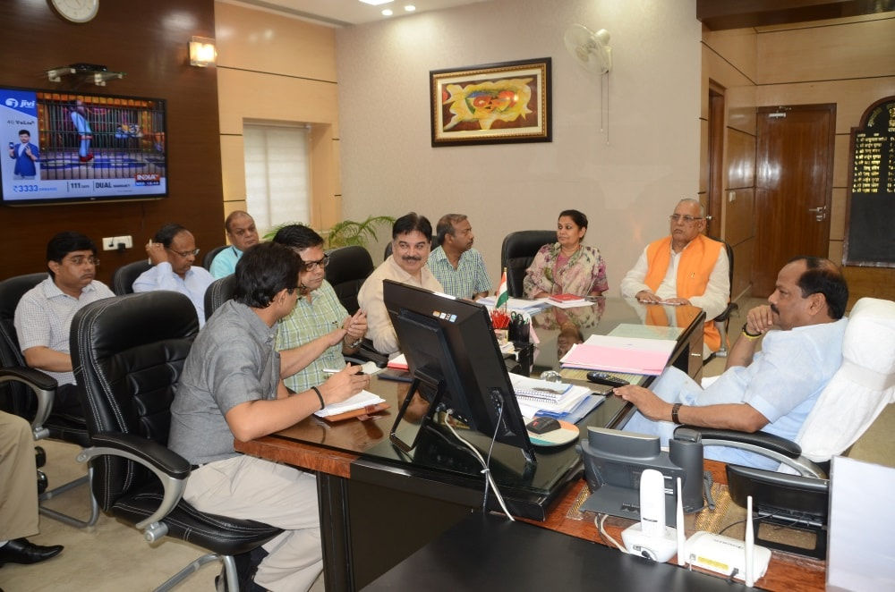 <p>Govt run hospitals should not lack medicines,directs CM Raghubar Das in a meeting with Health Department officials and Minister.</p>
