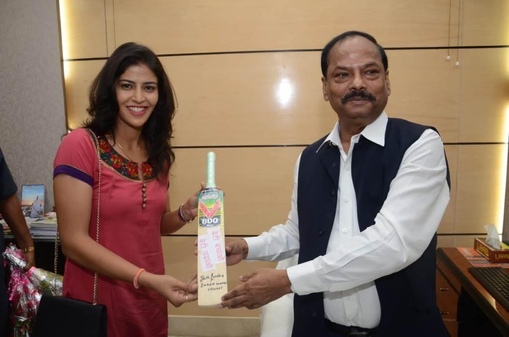 <p>मुख्यमंत्री श्री रघुवर दास से आज मिली अंतर्राष्ट्रीय क्रिकेट खिलाड़ी शुभलक्ष्मी शर्मा।</p>