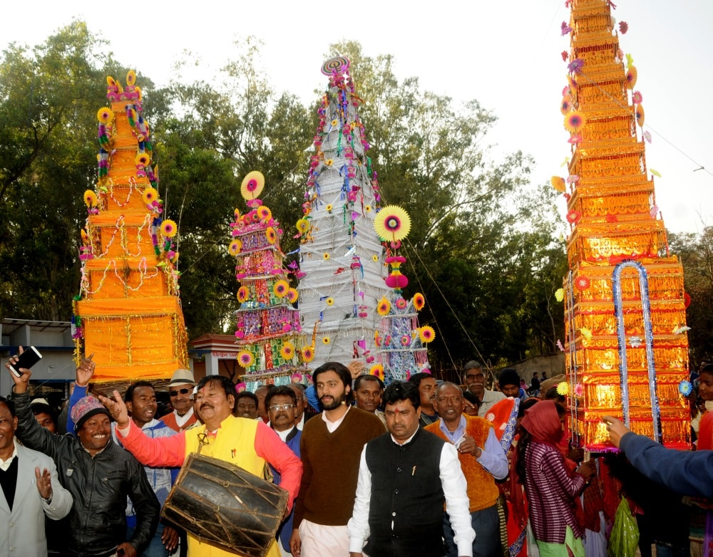 <p>National President, Kurmi Vikash Parishad Rajaram Mahto along with others  celebrating Tusu Parab on the eve of Makar Sankranti festival at Morhabadi in Ranchi on Saturday.…