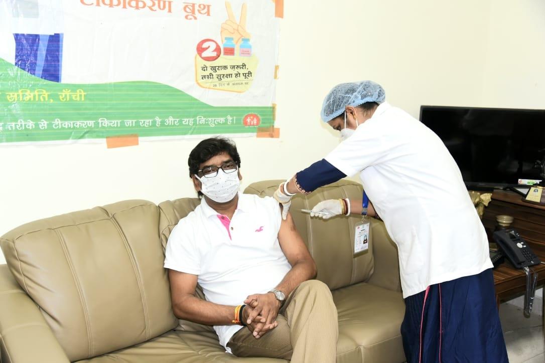 <p>कोविड -19 का दूसरा टीका लेते हुए मुख्यमंत्री श्री हेमन्त सोरेन और उनकी धर्मपत्नी श्रीमती कल्पना सोरेन तथा मुख्यमंत्री के प्रधान सचिव श्री राजीव अरुण एक्का ।</p>