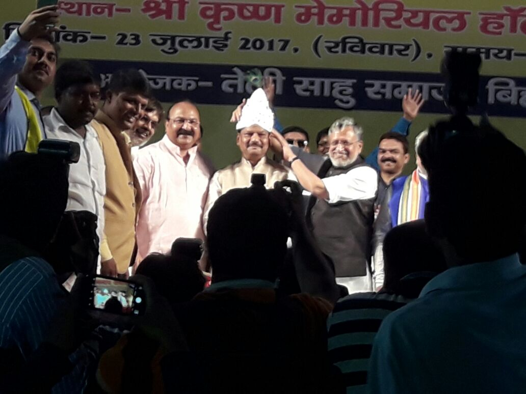 <p>Chief Minister of Jharkhand Raghubar Das was greeted in Patna by partymen led by Bihar BJP leader Sushil Kumar Modi.</p>