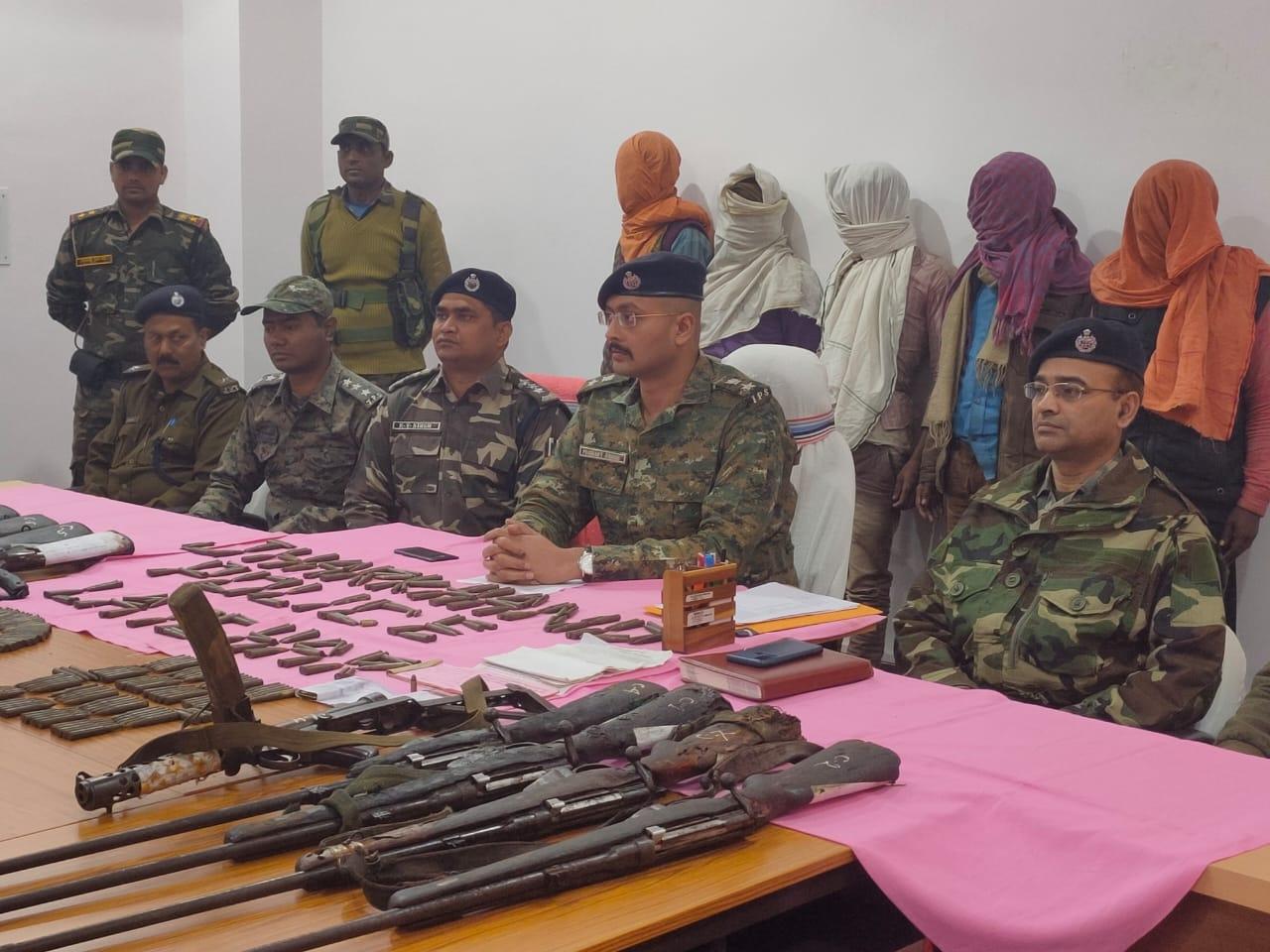 <p>लातेहार पुलिस को मिली भारी सफलता, टीएसपीसी संगठन के सब-जोनल कमांडर कार्तिक जी समेत 5 नक्सली गिरफ्तार। हथियार समेत अन्य नक्सली सामग्री के साथ हुई गिरफ्तारी। बालूमाथ थानाक्षेत्र के…