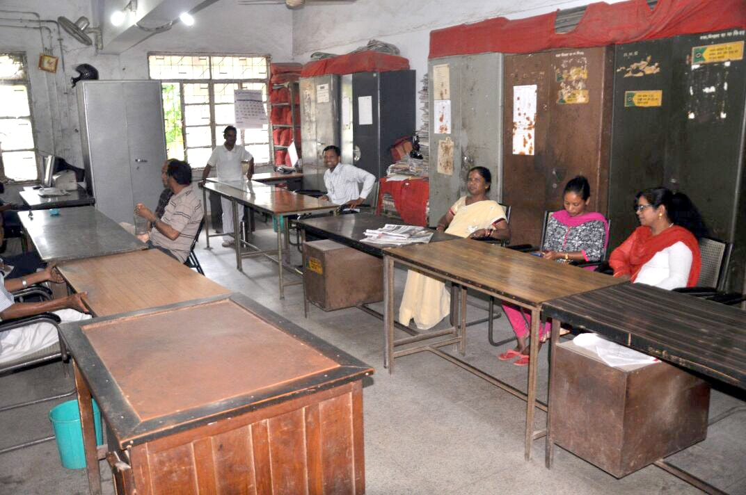<p>Ranchi Municipal Corporation (RMC) workers sit on their table as they Pen Down strike at RMC headquarter in Ranchi on Tuesday.</p>