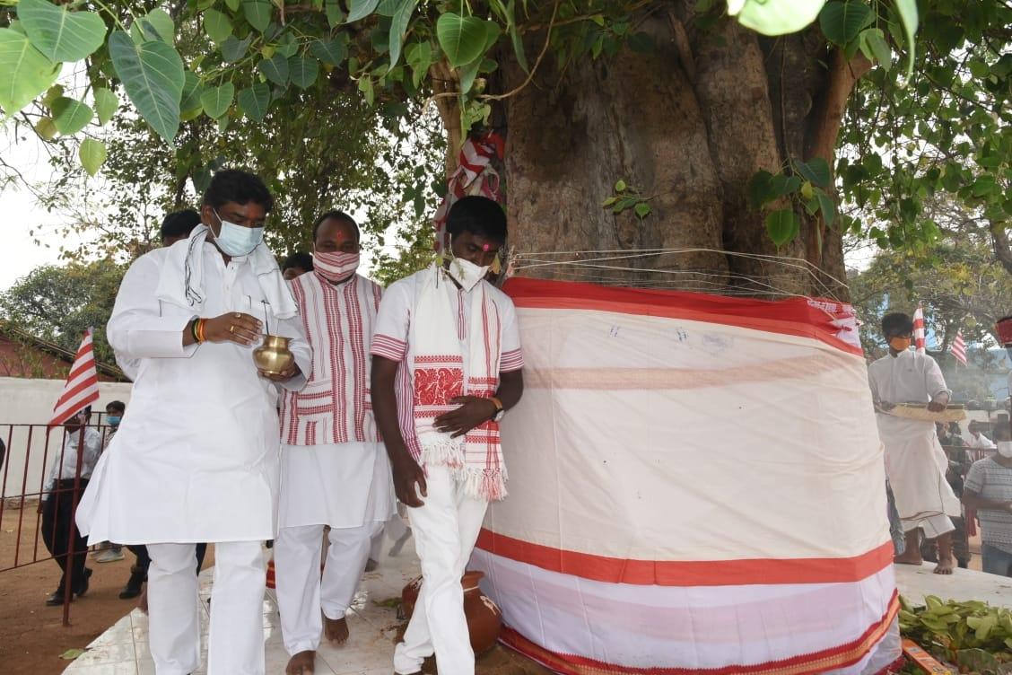 <p>मुख्यमंत्री श्री हेमन्त सोरेन ने प्रकृति पर्व सरहुल के अवसर पर सिरम टोली रांची स्थित सरना स्थल पर पारंपरिक विधि-विधान के साथ पूजा-अर्चना की।</p>