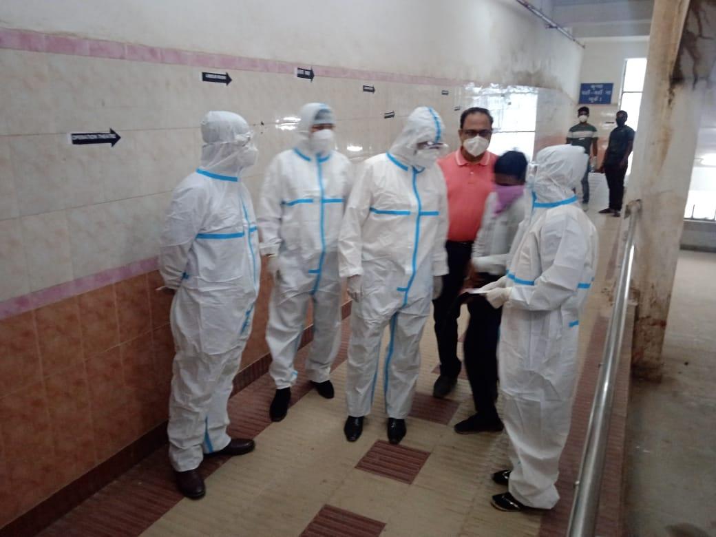 <p>Jharkhand Health Secretary inspecting the Covid ward of the Ranchi based Sadar Hospital on Wednesday</p>