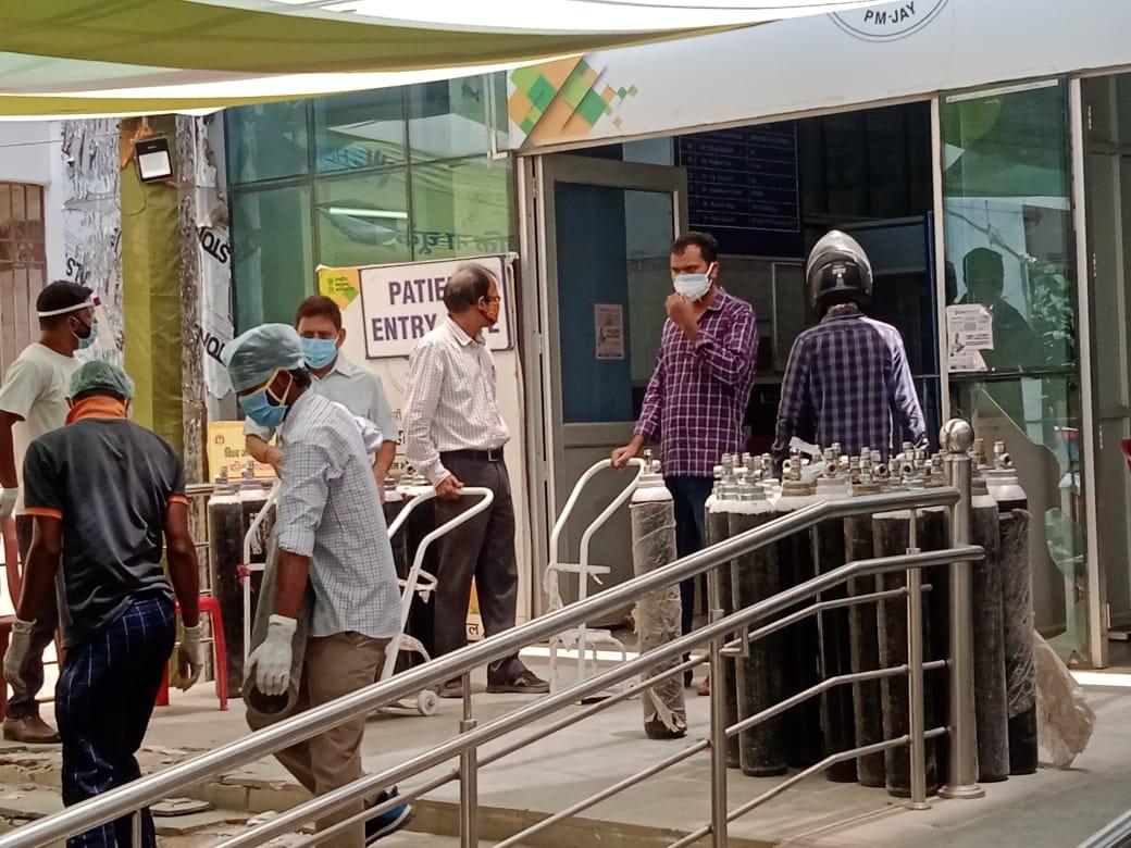 <p>रांची के सदर अस्पताल में ऑक्सीजन का खाली सिलेंडर लेकर घंटों इंतजार करते Corona मरीज के attendant.</p>